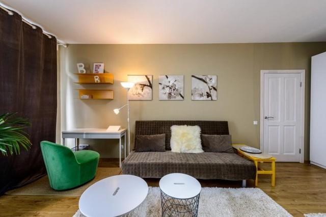 Ngay bên cạnh là góc làm việc nhỏ nổi bật với chiếc ghế đơn màu xanh. Những bức tranh hoa trên bức tường cũng góp phần mang lại vẻ đẹp lãng mạn nơi góc nhỏ này.