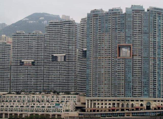 Những lỗ hổng này chắc chắn không khiến kiến trúc của các tòa nhà trở nên đẹp hơn.