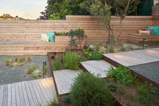 Khu vườn nhỏ được phân nhiều cấp với lối đi xuyên suốt từ bếp đến cuối vườn. Cây xanh được trồng khéo léo tạo cảnh quan đẹp mắt có khu vườn.