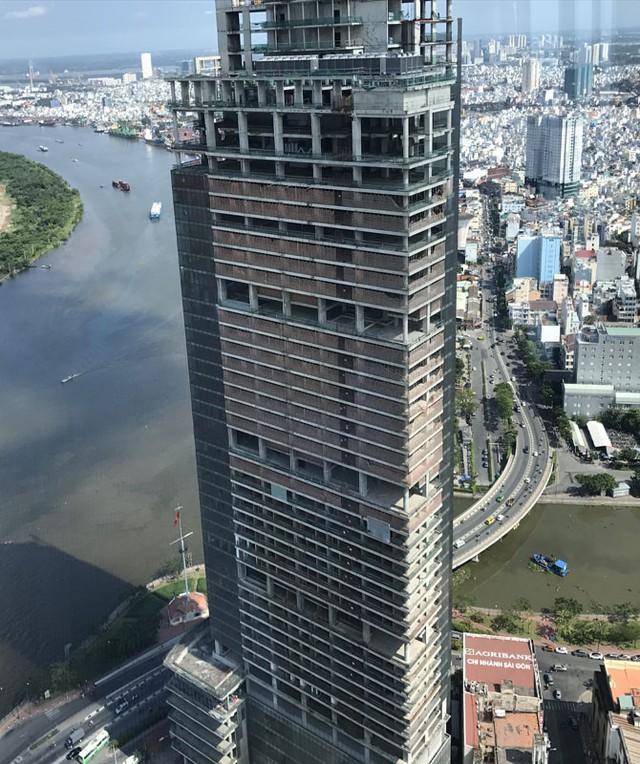Khối bê tông Saigon One Tower vẫn soi bóng xuống sông Sài Gòn trong sự tiếc nuối của người dân thành phố.