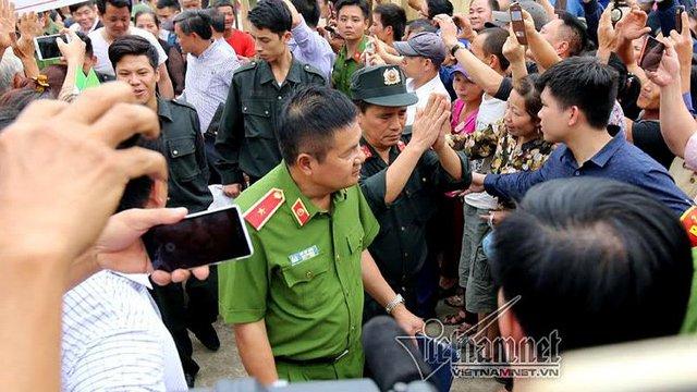 Thiếu tường Hồ Sỹ Tiến đón các cán bộ, chiến sĩ từ nhà Văn hóa thôn Hoành.
