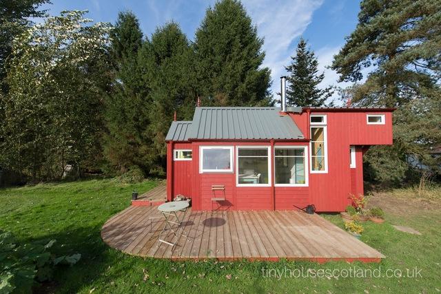 Điểu ấn tượng nhất của ngôi nhà này đó là khoảng sân bao quanh rộng được ốp gỗ.