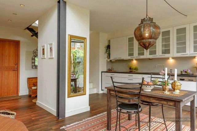 Ngôi nhà được thiết kế hai tầng, không gian tầng 1 được bố trí với phòng khách, bếp và khu vệ sinh. Phòng ngủ và khoảng không gian thư giãn được đưa lên tầng 2.