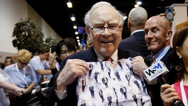 Ông Buffett cầm quần đùi in hình mình, quà lưu niêm được bán tại Đại hội 2017