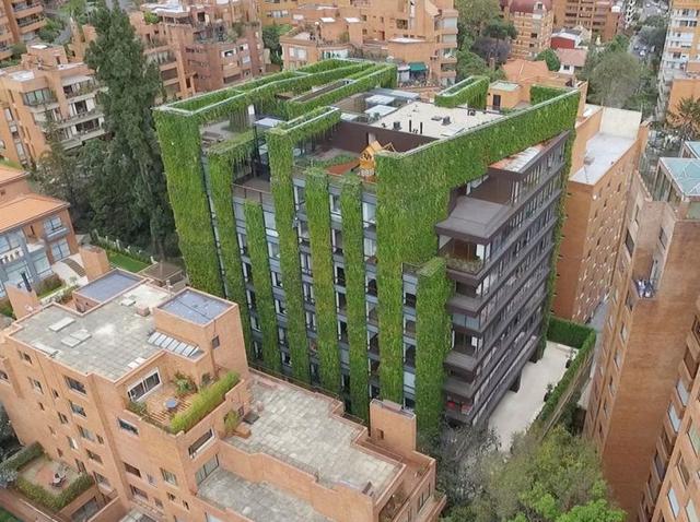 Khu vườn xanh thẳng đứng còn có vai trò như một lớp cách nhiệt tự nhiên cho toàn bộ tòa nhà, làm giảm nhiệt độ bên trong các căn hộ trong những ngày hè nóng bức, từ đó giảm thiểu việc sử dụng điều hòa và tiết kiệm được một lượng điện khổng lồ.