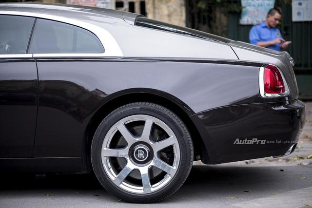Ngoài ra, logo chữ R của Rolls-Royce cũng vẫn giữ đặc trưng thiết kế là luôn đứng thẳng dù cho ở bất kỳ vị trí đỗ, đánh lái nào.