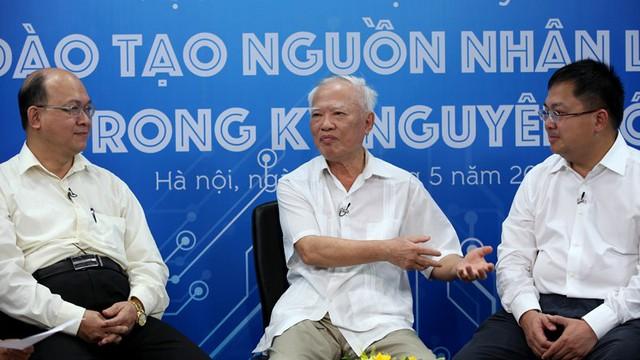TS Huỳnh Quyết Thắng, Nguyên Phó Thủ tướng Vũ Khoan và ông Hoàng Nam Tiến trao đổi về vấn đề nguồn nhân lực trong kỷ nguyên số (ảnh: Lê Anh Dũng)