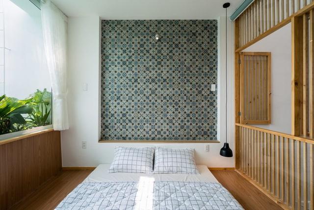 Trên tầng hai là những phòng ngủ thoáng mát với các vách ngăn bằng hệ gỗ lam.