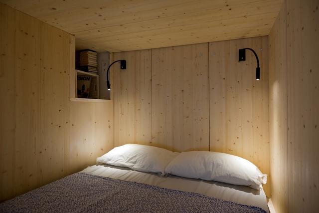 Giường ngủ rộng thoáng dành cho hai người. Chiếc giường đặc biệt này tuy giúp tận dụng tối đa diện tích nhưng chủ nhân chỉ có thể ngồi và nằm chứ không thể đứng được trên giường.