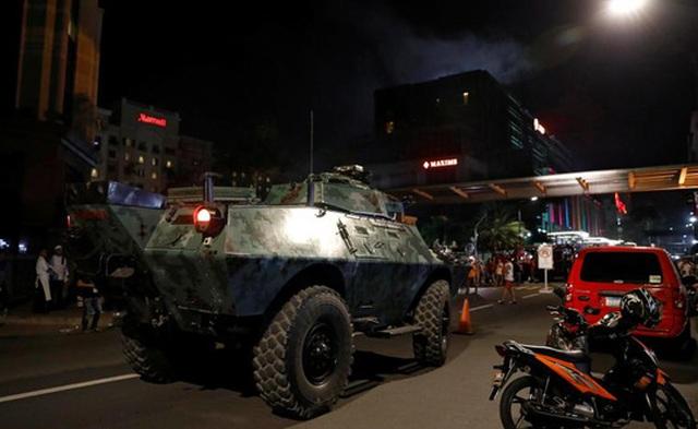 Xe bọc thép được huy động tới khu phức hợp Resorts World Manila sau khi nổ súng xảy ra. Ảnh: Reuters