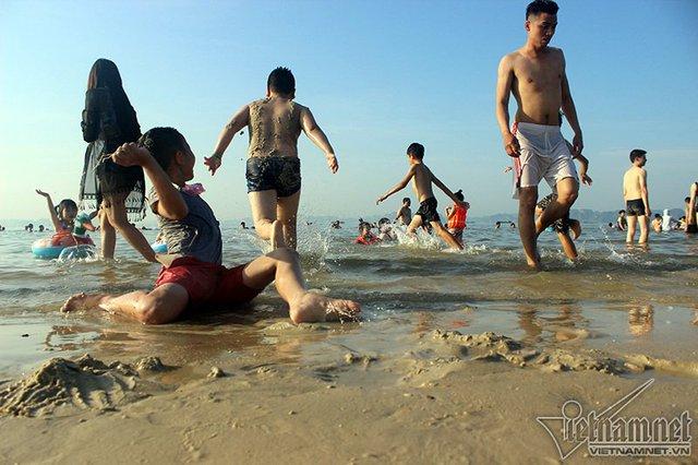 Hạ Long: Lao ra biển từ sáng sớm tránh nóng 40 độ - ảnh 8