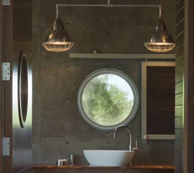 Chiếc cửa sổ tròn giúp xóa nhòa mọi khoảng cách giữa con người với thiên nhiên.