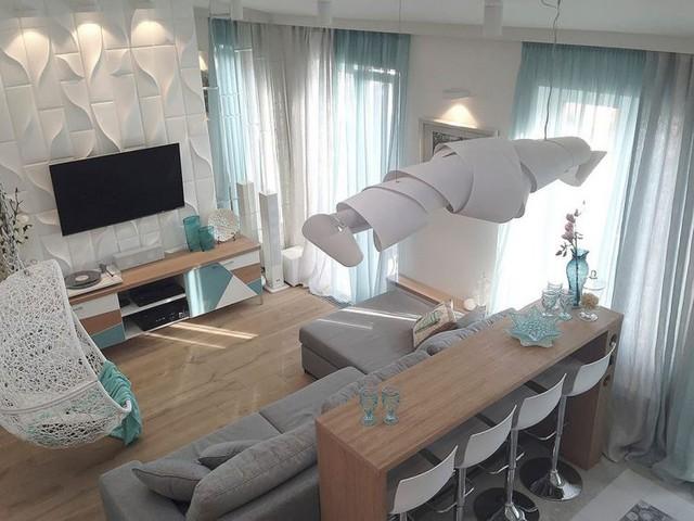 Nội thất trong nhà từ sàn nhà, tủ kệ và bộ bàn ghế đều được làm từ chất liệu gỗ tự nhiên đem đến bầu không gian sinh hoạt gia đình ấm cúng, thân thuộc.
