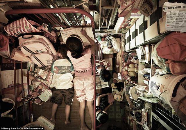 Trẻ em phải nằm trên giường tầng để học bài trong khi người lớn sinh hoạt ở không gian siêu nhỏ bên dưới.