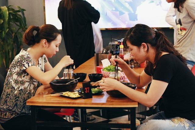 Dù có nhiều lựa chọn khác nhưng thực khách tìm đến quán mỳ cay chỉ để ăn một tô mỳ.
