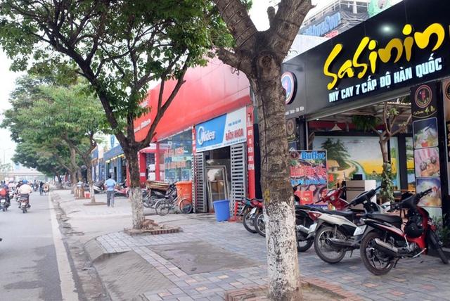 Một địa điểm trên phố Nguyễn Khánh Toàn (Cầu Giấy, Hà Nội) được quy hoạch làm bãi đỗ xe nhưng đã bị biến thành quán nhậu.
