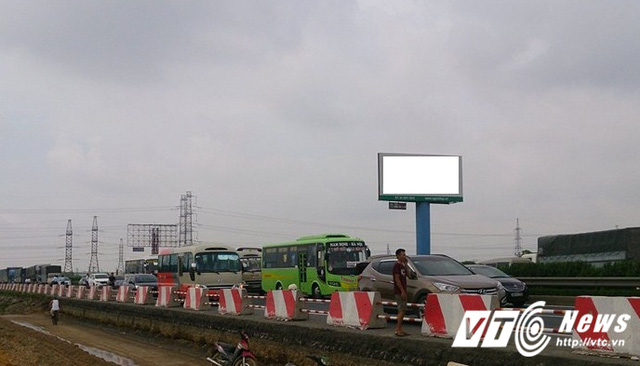 Sự cố khiến hàng nghìn phương tiện ùn tắc trên cao tốc.