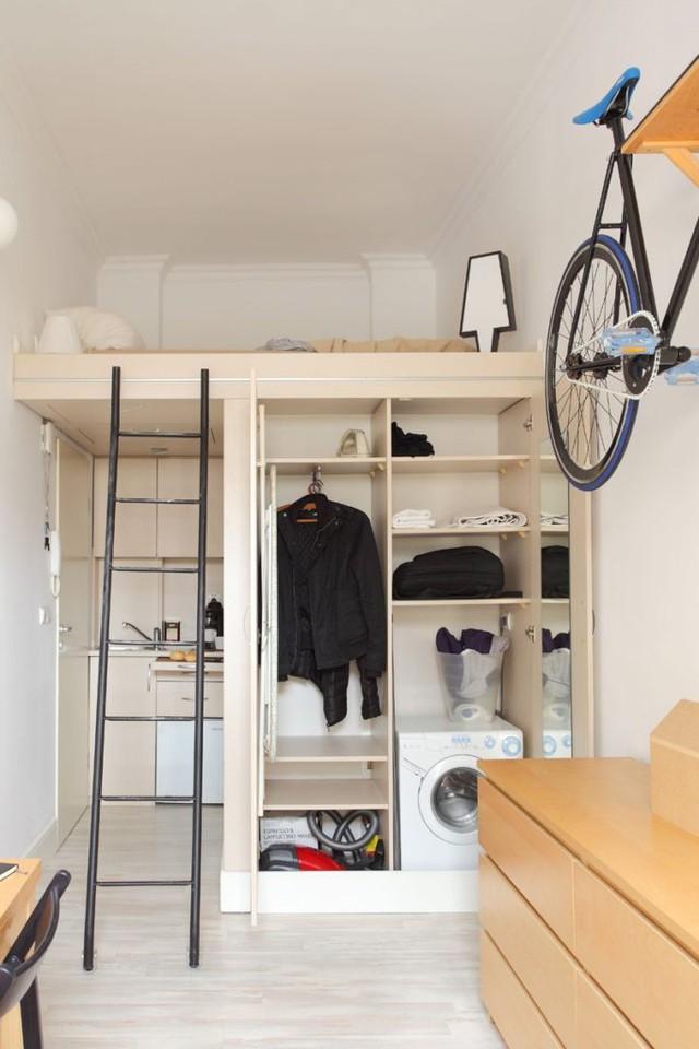 Không gian bên dưới là tủ đồ với nhiều ngăn lớn nhỏ làm nơi cất quần áo, đồ dùng và thậm chí chứa cả chiếc máy giặt nhỏ.