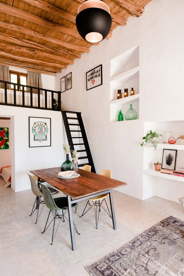 Với thiết kế đặc biệt cùng sự phối hợp giữa nội thất gỗ và đồ vật trang trí, ngôi nhà thể hiện sự tương phản mạnh giữa mới và cũ, mộc mạc và hiện đại, sáng và tối.