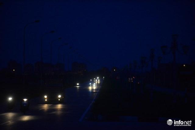 Trên đoạn đường chỉ xuất hiện những đốm sáng từ các phương tiện di chuyển. Đèn điện hai bên đường hoàn toàn không hoạt động.