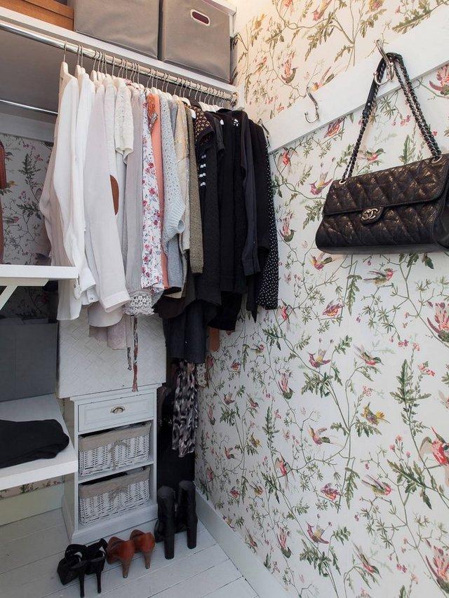 Sau những cánh cửa dọc lối vào là tủ đựng quần áo, đồ dùng gia đình. Mọi thứ được sắp xếp rất gọn gàng ngăn nắp.