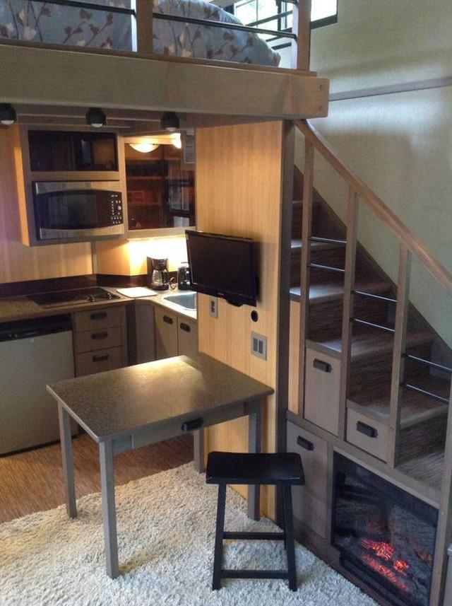 Đối diện không gian tiếp khách là khu vực bếp và bàn ăn. Mắc dù chung một không gian nhưng mọi thứ trong nhà được sắp xếp một cách tính tế, khoa học và không hề bị xáo trộn.