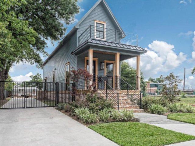 Hình ảnh toàn bộ mặt ngoài của ngôi nhà sau khi được cải tạo. Một khung cảnh tuyệt đẹp với thảm cỏ xanh mướt.