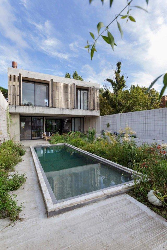 Bể bơi xanh mát cùng vườn cây phía sau nhà.