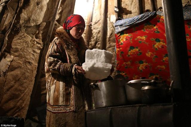 Điều kiện sống khắc nghiệt và tập tục di cư thường xuyên khiến người Nenets phải tự tìm ra cách sinh tồn, ứng phó với hoàn cảnh sống chết người và thiếu thốn.