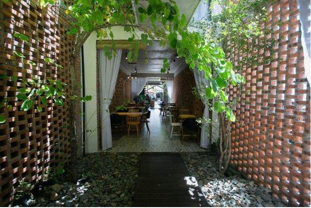 Cây xanh hiện hữu ở khắp mọi nơi trong ngôi nhà mang đến bầu không khí trong lành và không gian xanh mát cho khách vào thưởng thức hương vị café.