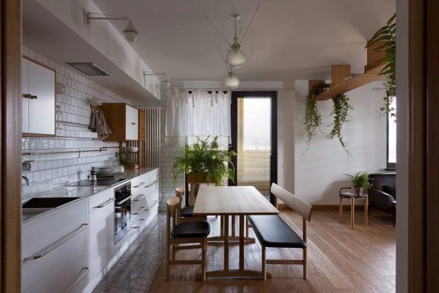 Góc bếp nhỏ được chọn tông màu trắng chủ đạo khiến khu vực nấu ăn càng trở nên sạch bóng và đẹp.