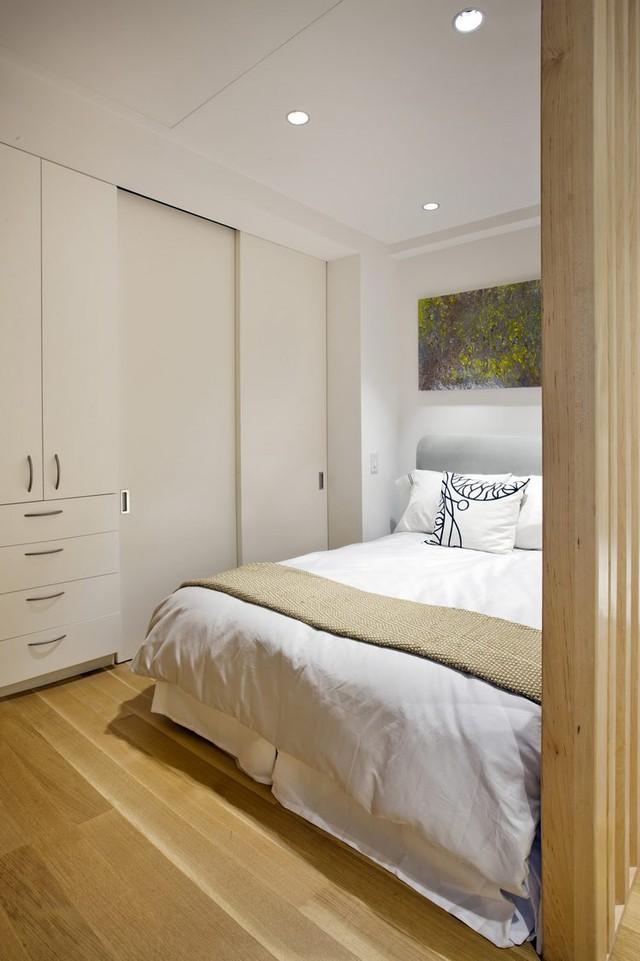 Sau hệ lam gỗ là góc nghỉ ngơi nhỏ xinh và ấm cúng của chủ nhà. Nơi đây từ giường ngủ cho đến trần nhà hay hệ tủ gỗ âm tường tiện lợi đều mang một tông màu trắng tinh khiết.