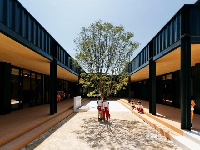 Trường mầm non OA Kindergarten, thành phố Saitama (Nhật Bản) được thiết kế vô cùng đặc biệt từ các container kiên cố và có khả năng chống chịu khi xảy ra động đất. Tuy được thiết kế bằng container nhưng ngôi trường này vẫn đảm bảo cung cấp đủ không gian thông thoáng cho trẻ em vui chơi ngoài trời.