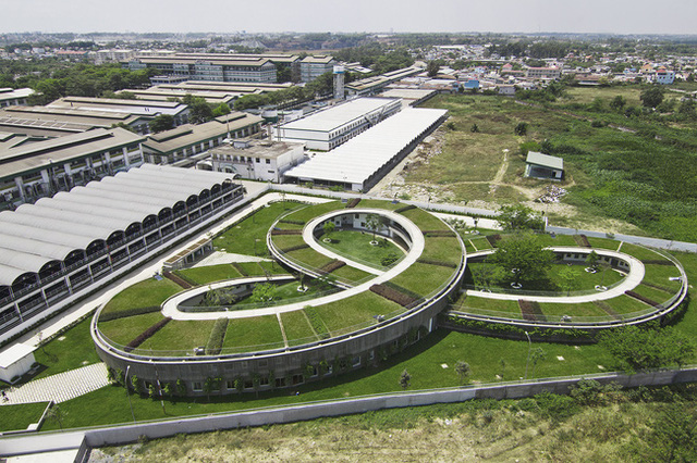 Ngôi trường có tổng diện tích sàn là 3.800m3 trên diện tích khu đất là 10.650m2, diện tích xây dựng 3.430 m2, diện tích mái 3.840 m2.