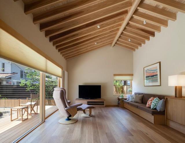Phòng khách được bố trí đơn giản với chiếc ghế bành lạ mắt, bộ sofa kê sát tường mà một chiếc tủ gỗ nhỏ để tivi.