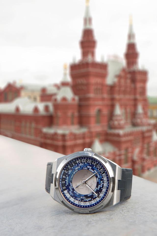 Sự thuận tiện và linh hoạt của mẫu đồng hồ mới đóng dấu Hallmark of Geneva này còn thể hiện ở cả dây đeo có hệ thống dễ lắp.