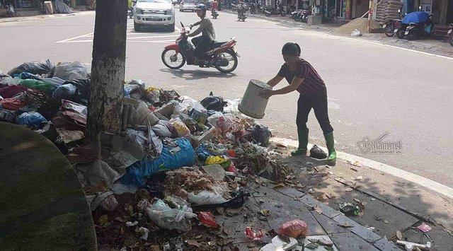 Tình trạng rác ngập TX Sơn Tây tái diễn nhiều lần