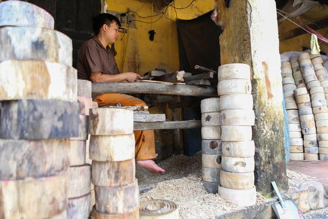 Để có thể cho ra nhiều sản phẩm hơn, chất lượng hơn, chuyên môn hóa cũng được các hộ dân ở đây tích hợp đưa vào sản xuất. Mỗi người làm chia nhau một công đoạn khác nhau từ xẻ gỗ, làm khuôn, sơn, bưng trống…