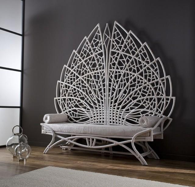 Với đặc tính mền dẻo cùng bàn tay khéo léo của người thợ đã tạo nên một chiếc ghế băng hình đuôi con công vô cùng đẹp mắt.