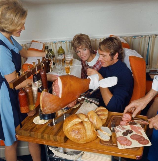 Bức ảnh này được chụp trong cùng năm đó, các hành khách trong khoang hạng nhất đang được phục vụ món đùi lợn muối, giá trung bình mỗi chiếc đùi lợn muối như thế này ngày nay là khoảng 1000 Euro. Bên cạnh đó còn có cả Salami, thịt xông khói, bánh mì và bia.