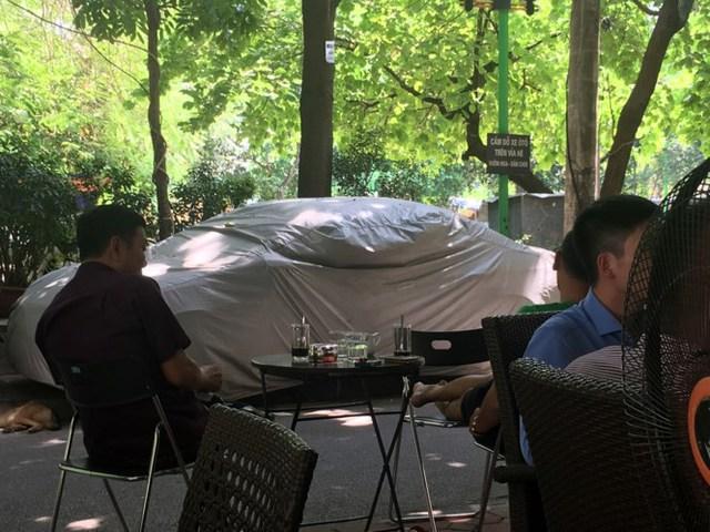 Một số quán cafe cũng lấn chiếm vỉa hè dù đã được kẻ vạch nhường đường cho người đi bộ. Trong khi đó, ô tô vẫn đỗ trên vỉa hè sân chơi bất chấp biển cấm.