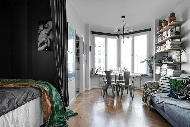 Không tốn diện tích mà vẫn giữ được sự yên tĩnh, riêng tư của phòng ngủ bằng cách sử dụng rèm chính là cách làm thông minh mà những chủ nhân ngôi nhà nhỏ có thể học hỏi.