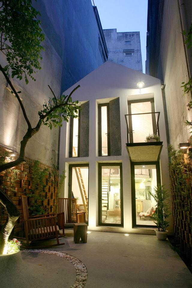 Để ánh sáng và thông gió được đưa vào bất cứ ngóc ngách nào trong nhà, mặt tiền được thiết kế 6 cánh cửa sổ bằng kính loại lớn.