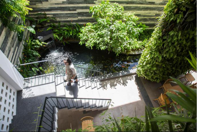 Nhờ thiết kế độc đáo chú trọng cây xanh mà ngay khi bước chân vào đây du khách có thể cảm nhận được không gian sống tươi mát, thanh bình và yên tĩnh vô cùng.