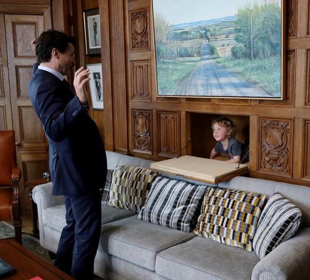 Khoảnh khắc đáng yêu của Thủ tướng Canada và con trai út.