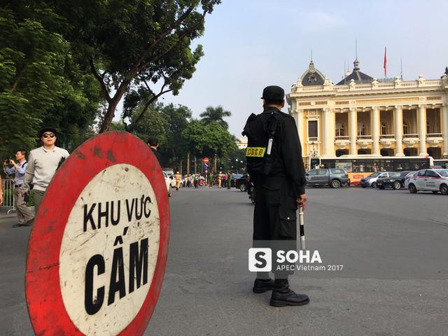 Tổng thống Donald Trump đã về đến khách sạn tại trung tâm Hà Nội, vẫy tay chào người dân - Ảnh 6.