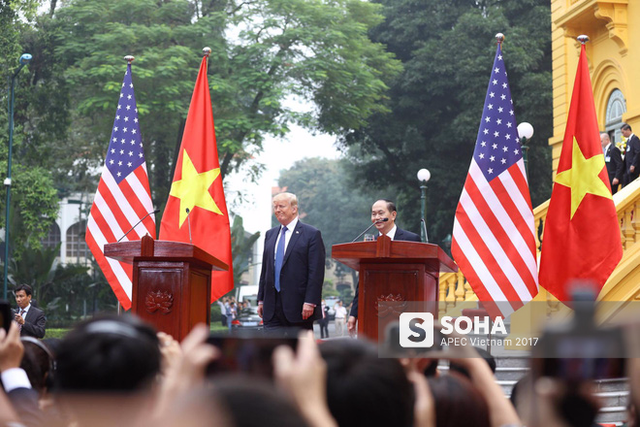 Chủ tịch nước Trần Đại Quang và Tổng thống Mỹ Donald Trump bước lên bục họp báo. Cuộc họp báo diễn ra sau khi hai lãnh đạo hội đàm và chứng kiến lễ ký kết các văn kiện hợp tác giữa doanh nghiệp hai nước Việt-Mỹ.