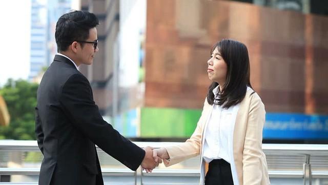 Ở Nhật Bản, chỉ những mối quan hệ đã xác định rõ ràng như đối tác hay người cực kỳ thân thiết thì người ta mới nhìn thẳng vào mắt nhau và nắm tay mà thôi.