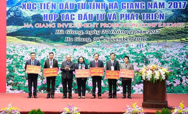 Thủ tướng tặng đồng bào nghèo 6 huyện vùng cao mỗi huyện 100 chăn ấm - Ảnh: VGP/Quang Hiếu