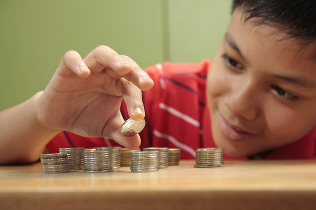 Cha mẹ Do Thái cho tiền con để dạy con quản lý tiền bạc từ nhỏ (Ảnh minh họa).